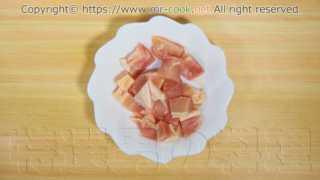 鶏モモ肉を1cm角程度に切る