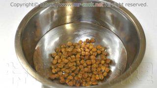 乾燥赤エンドウを水に8時間漬ける