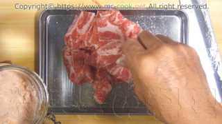 豚肉に塩を塗して軽く揉む
