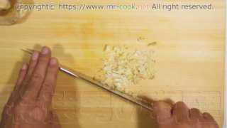 生姜とニンニクを微塵切りにする