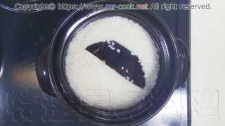 土鍋に米・水・純米酒・塩・昆布を入れる