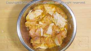 鶏肉をスパイス液に30分漬けこむ