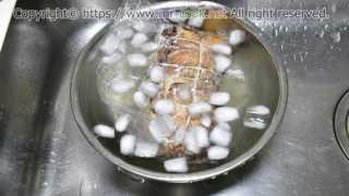 ボイルした肉を氷水で冷やす