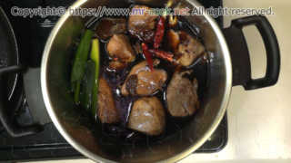 肉と香味野菜を入れる