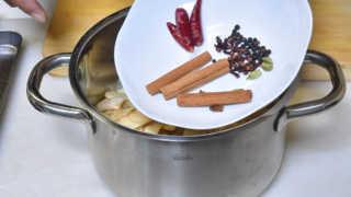 鍋に材料を全て入れる